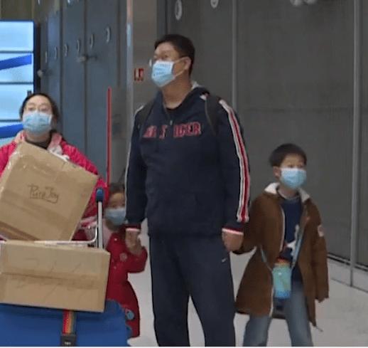 cinesi con le mascherine