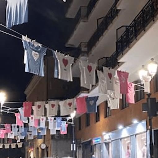 Magliette appese con i cuori per San Valentino 2020