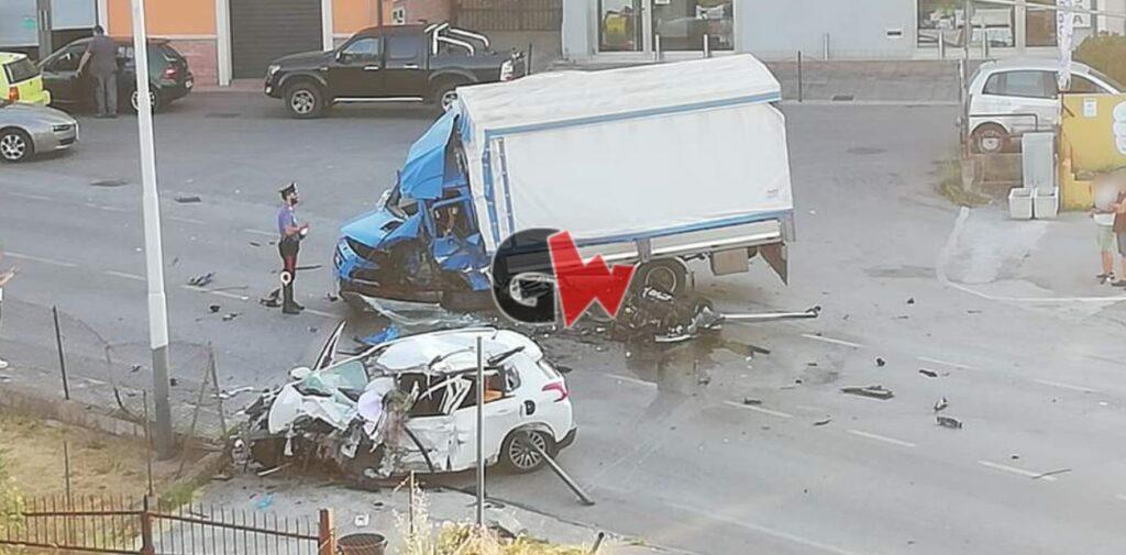 Foto dell'incidente di Sala Consilina del 2 agosto 2020, a seguito del quale sono state coinvolte quattro persone. Nello scontro muore Mario Monaco, 23 anni di Buonabitacolo.